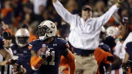 Auburn cornerback Chris Davis returns a missed field