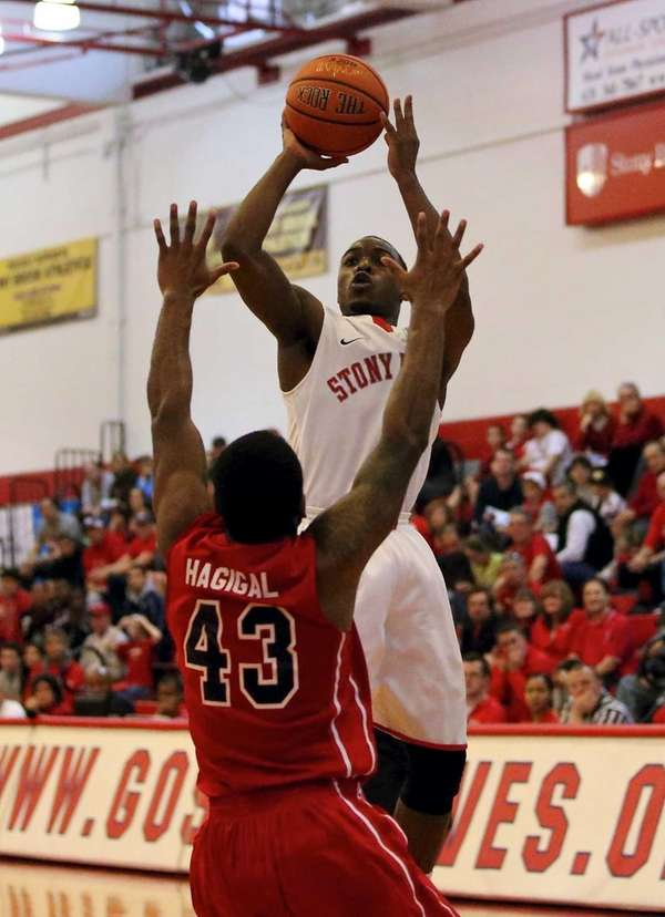 Stony Brook's Anthony Jackson (4) puts the jump