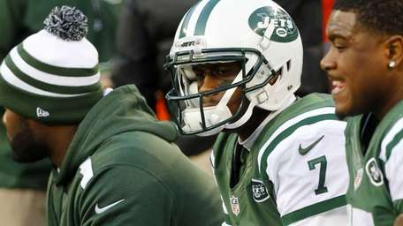 Jets quarterback Geno Smith sits on the bench