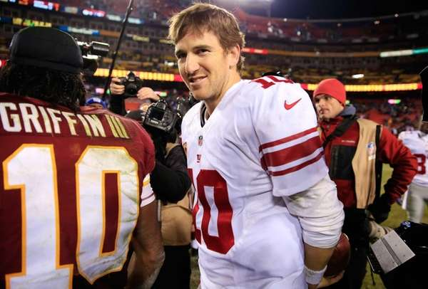 Quarterbacks Eli Manning of the Giants (right) and