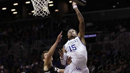 Kentucky's Willie Cauley-Stein (15) shoots over Providence's Carson
