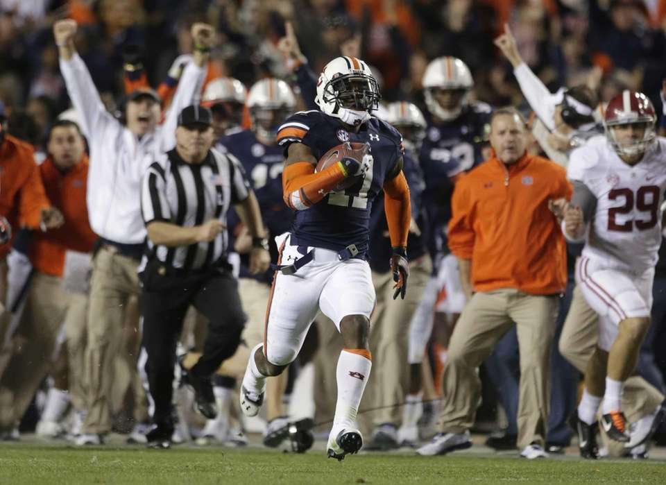 Auburn cornerback Chris Davis (11) returns a missed