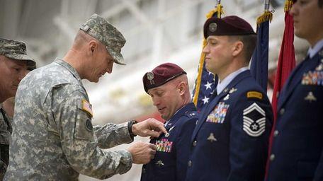 Col. Patrick Murphy, left, pins the Bronze Star