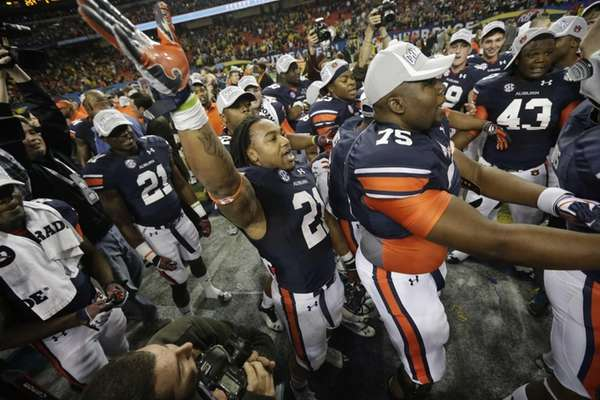 Auburn running back Tre Mason celebrates with teammates