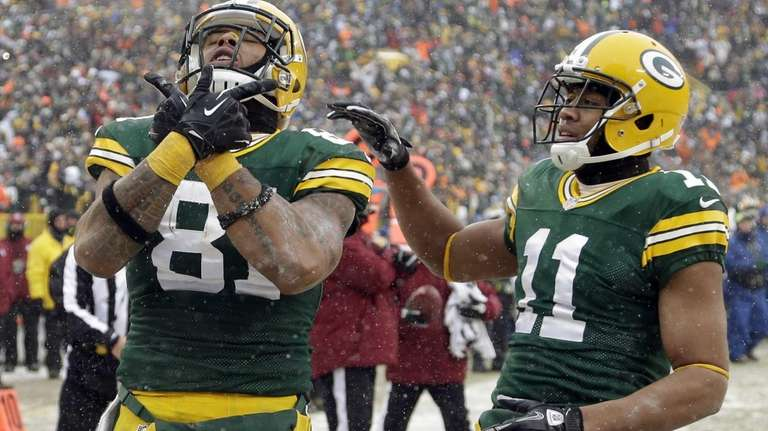 Green Bay Packers' Andrew Quarless (81) is congratulated
