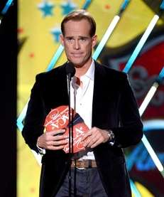 Joe Buck presents an award during the 2013