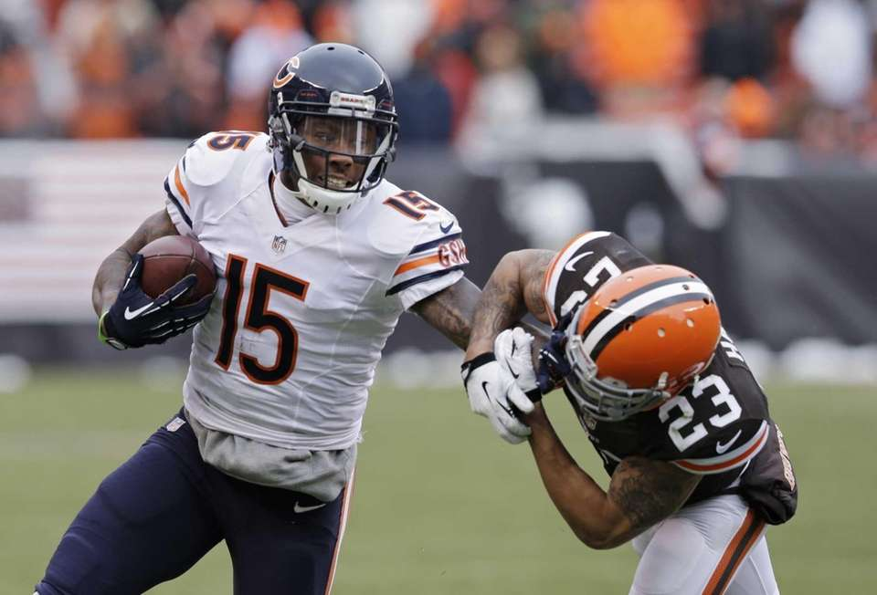Chicago Bears wide receiver Brandon Marshall (15) pushes