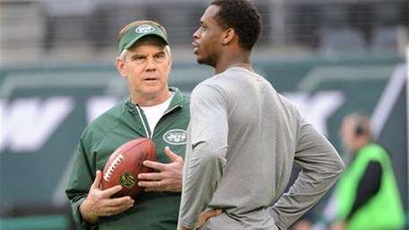 Jets quarterback coach David Lee talks to Geno