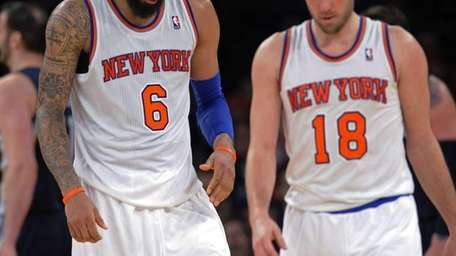 Tyson Chandler (6) and Beno Udrih react during