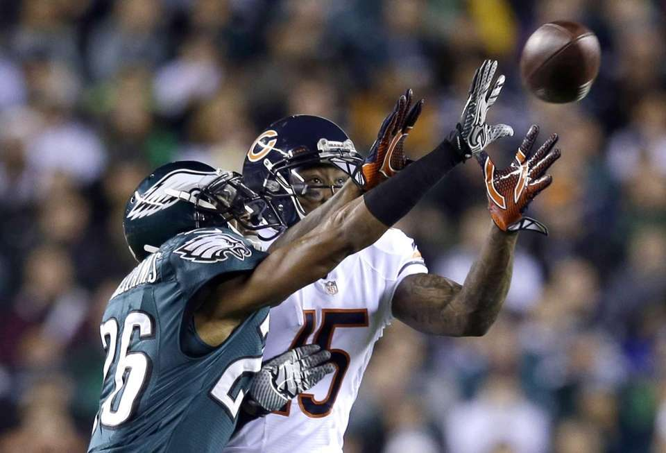 Philadelphia Eagles' Cary Williams, left, breaks up a