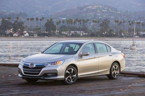 Visually, the 2014 Honda Accord Hybrid lacks the