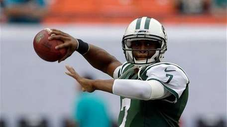 Geno Smith (7) prepares to pass during warmups