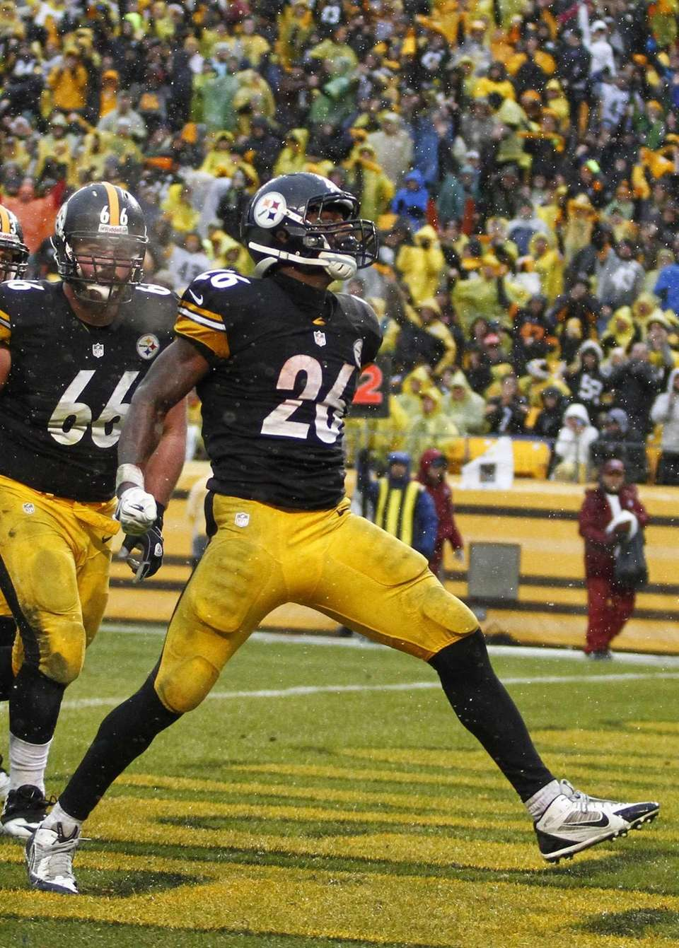Le'Veon Bell #26 of the Pittsburgh Steelers celebrates