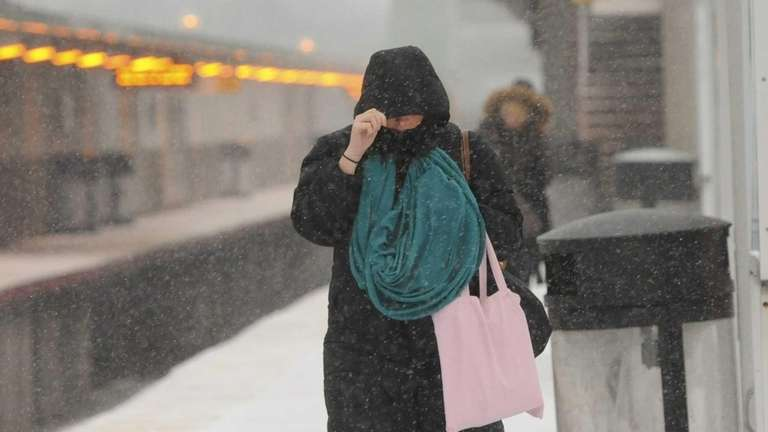 Commuters face snow and cold weather as they