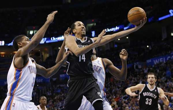 Shaun Livingston shoots in front of Oklahoma City