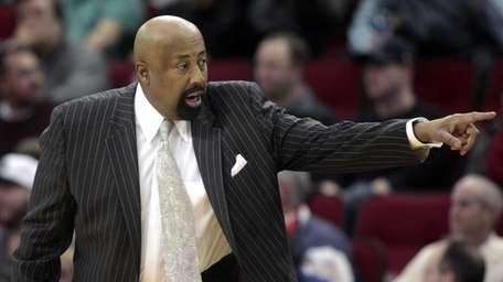 Knicks' Mike Woodson calls out plays during the