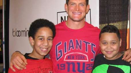 Giants punter Steve Weatherford with Kidsday reporters Joswel
