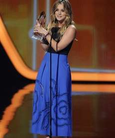 Newlywed Kaley Cuoco accepts the award for favorite