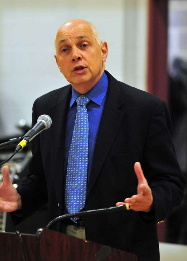 NYSUT president Dick Iannuzzi speaks at Nyack High
