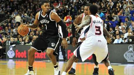 The Atlanta Hawks' Louis Williams defends Joe Johnson