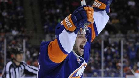 Frans Nielsen reacts after right wing Kyle Okposo