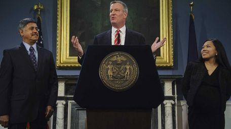New York City Mayor Bill de Blasio, center,