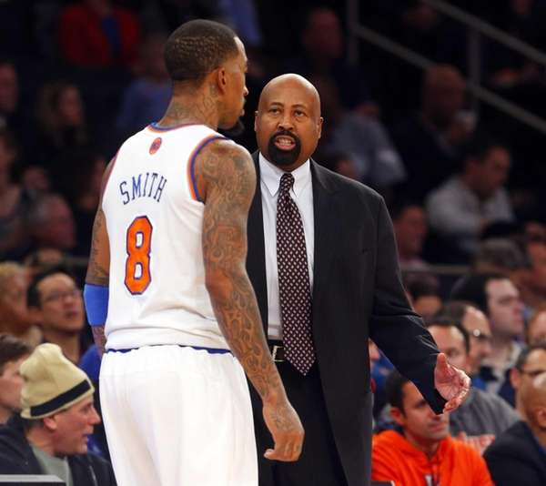 Mike Woodson talks with J.R. Smith during a