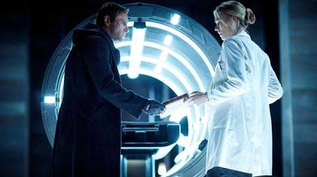 Adam (Aaron Eckhart) and Terra (Yvonne Strahovski) in
