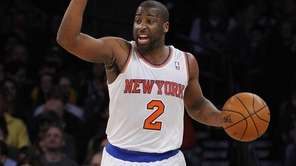 Raymond Felton calls a play against the Lakers