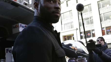 Giants defensive end Justin Tuck holds the Vince