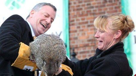 Mayor Bill de Blasio meets Staten Island Chuck