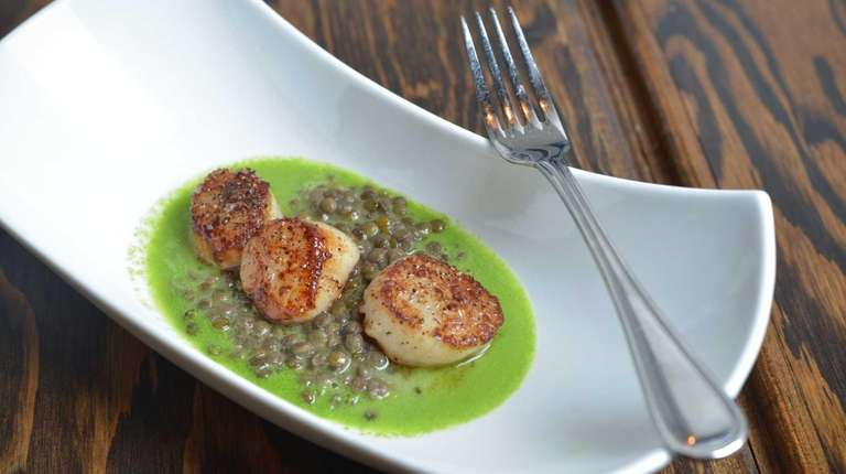 Pan-seared scallops with French green lentils and chive