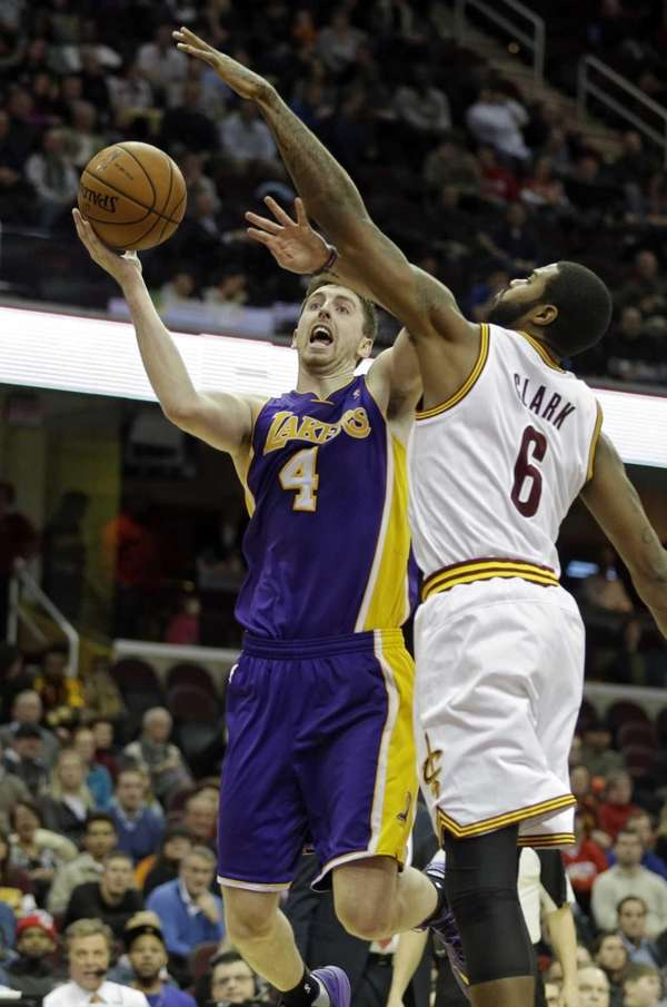 Lakers' Ryan Kelly shoots against the Cavaliers' Earl