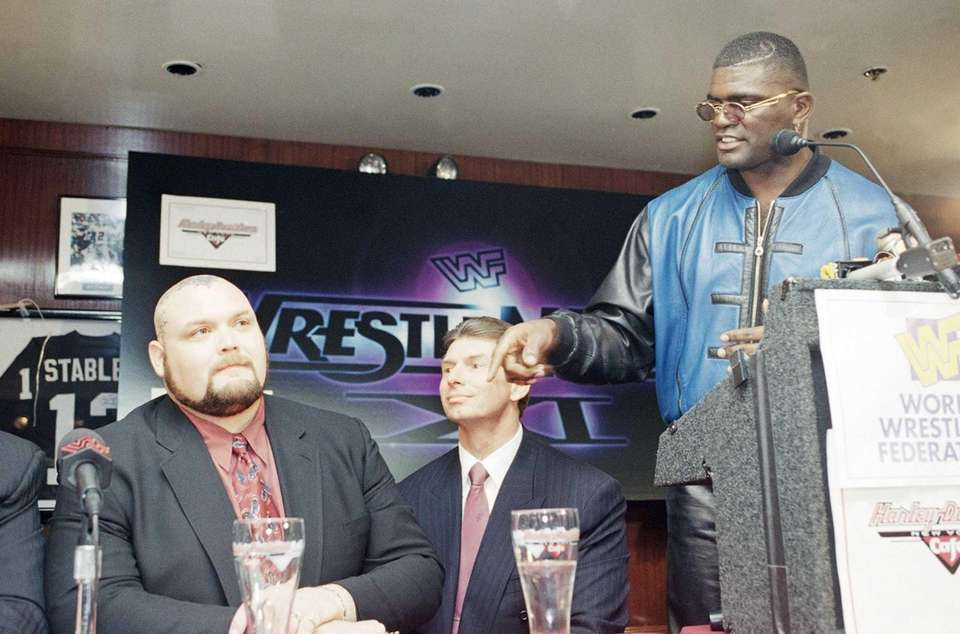 Former New York Giants linebacker Lawrence Taylor, right,