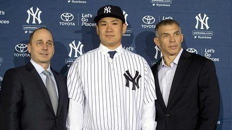 Yankees pitcher Masahiro Tanaka poses for photos with