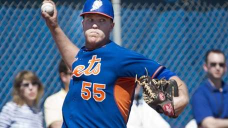 Noah Syndergaard throws a bullpen session during spring