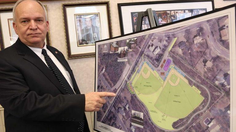 Islandia Mayor Allan Dorman points to a map