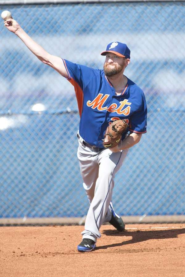 Bobby Parnell throws a bullpen session during spring