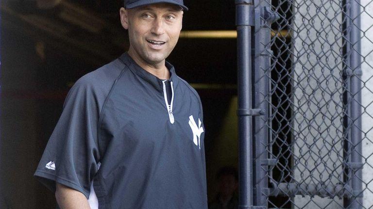 Yankees' Derek Jeter arrives for a press conference