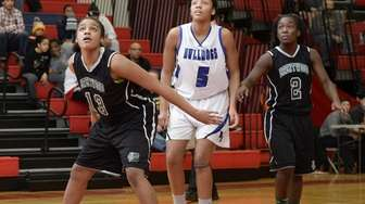 Brentwood center Niyah Ellis moves to box out