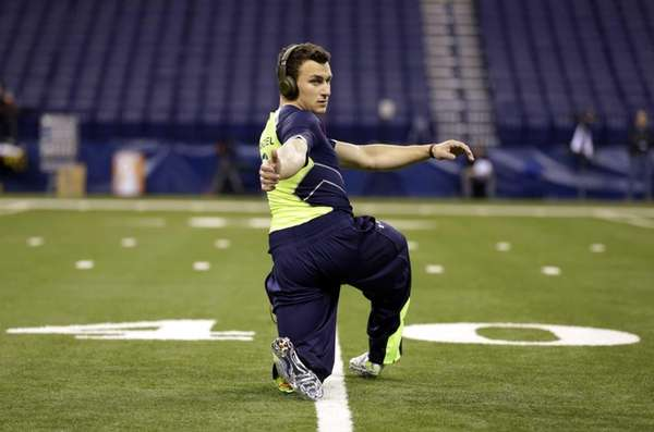 Texas A&M quarterback Johnny Manziel warms up before