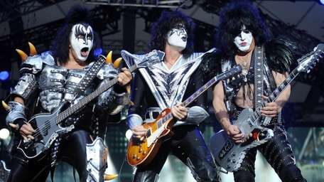 Bassist Gene Simmins , guitarist Tommy Thayer and