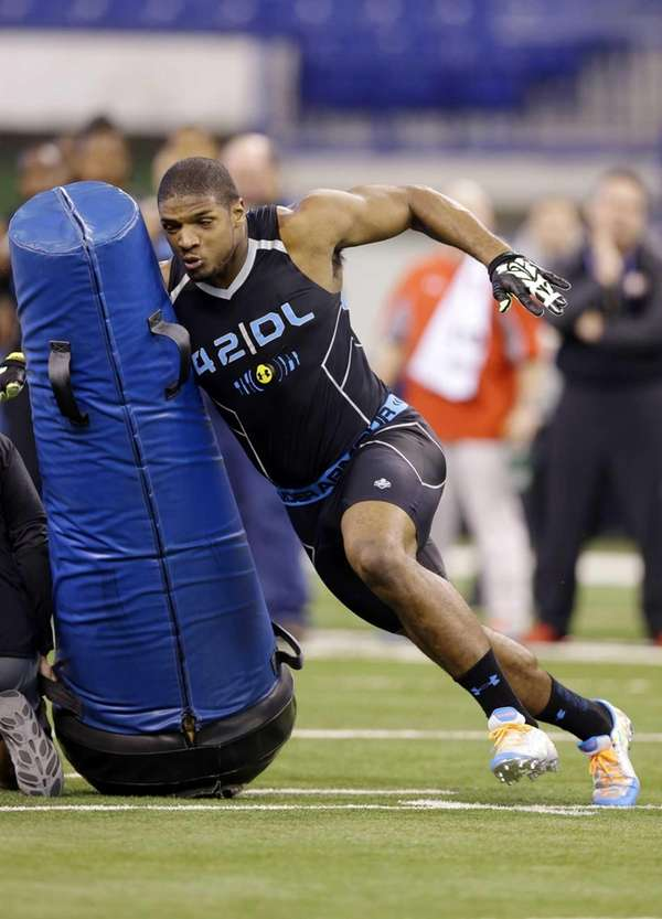 Missouri defensive lineman Michael Sam runs a drill