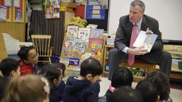 New York Mayor Bill de Blasio reads to