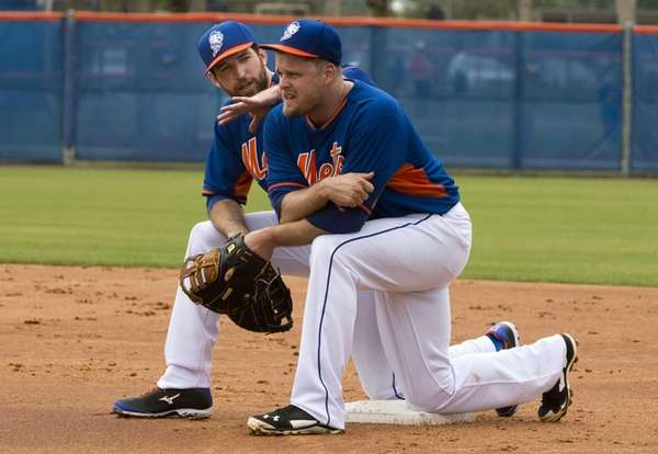 Mets' Ike Davis, left, and Lucas Duda kneel