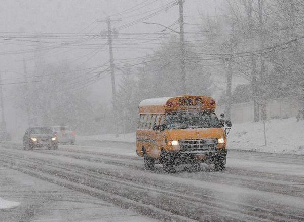 Heavy snow falls on Jericho Turnpike near Woodbury