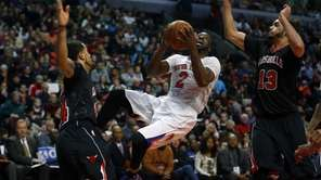 Raymond Felton shoots between Chicago Bulls point guard
