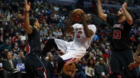 Raymond Felton shoots between Chicago Bulls point guard