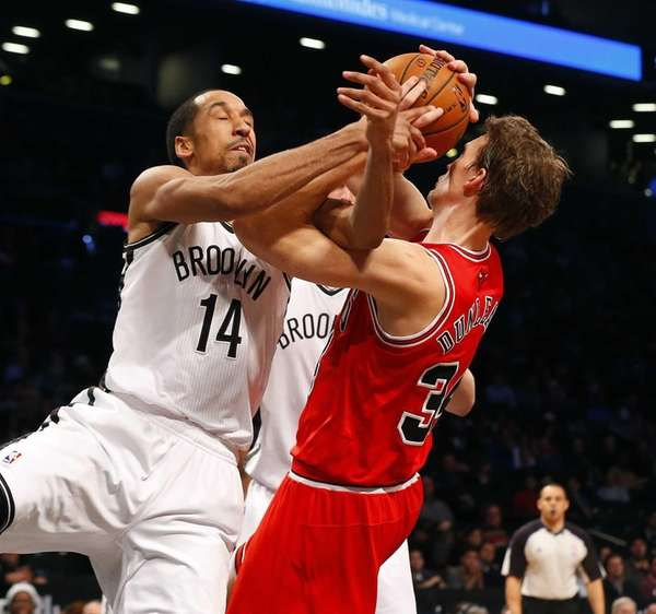 Shaun Livingston battles for a rebound against the