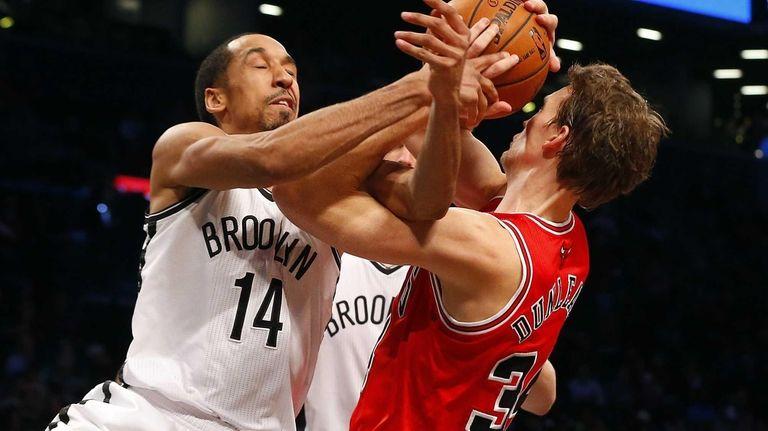 Shaun Livingston battles for a rebound against the